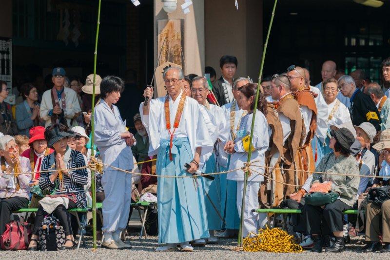 Церемония Огомы? Служитель Бэнтэнсю разрезает веревку мечом