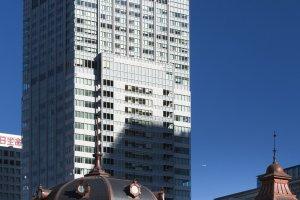 فندق متروبوليتان الشاهق فوق محطة طوكيو