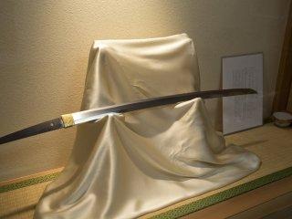 Мне сказали, что этот меч принадлежит периоду Камакура(鎌倉時代, 1185–1333) и его стоимость будет в районе2,000,000 иен.