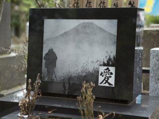 Viên đá này phác họa một hình ảnh của một người đang leo núi, đó có vẻ như là núi Phú Sĩ.