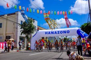 This year, the Hanazono Hill Climb bicycle event started from the Kutchan Jagamatsuri, drawing even bigger crowds