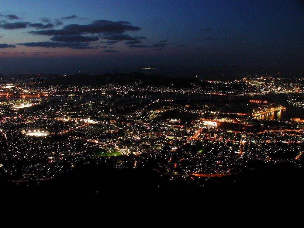 Pemandangan malam dari puncak Gunung Sarakura