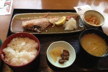 因为这家店里主推鱼,所以我选择了烤鱼套餐,650日元,在日本这绝对是便宜的价格了哦。配有米饭,味增汤,及小菜,而且米饭和味增汤还可以再免费添加哦。