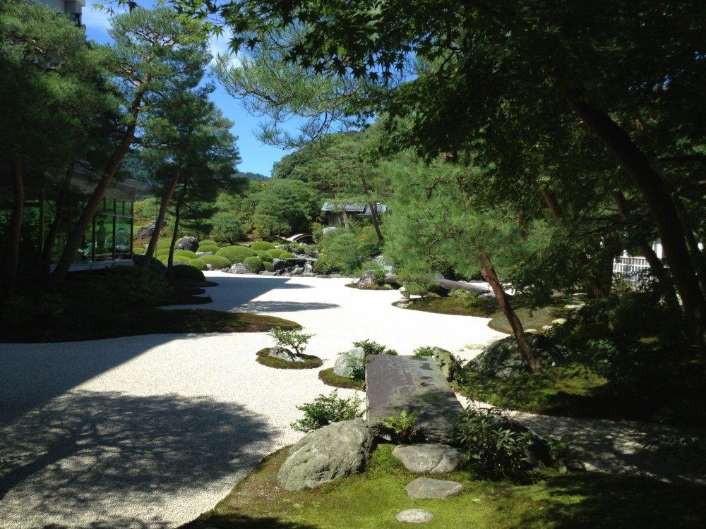 Сады занимают обширную территорию общей площадью 165 000 квадратных метров.