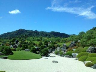 Ландшафтный сад на фоне виднеющейся вдалеке горы Кацуяма.