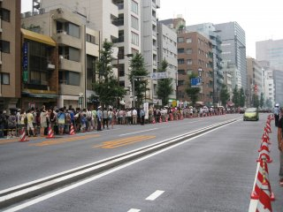 排队的人们。。。我可是足足排了三个小时。不得不佩服日本人的毅力与执着。真是体现在各个方面。
