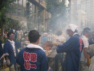 大家在努力地烤着秋刀鱼。