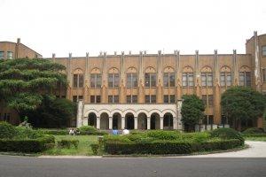 东大教学楼正面