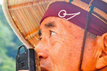 The boatman sang the traditional Mogamigawa river boat song.