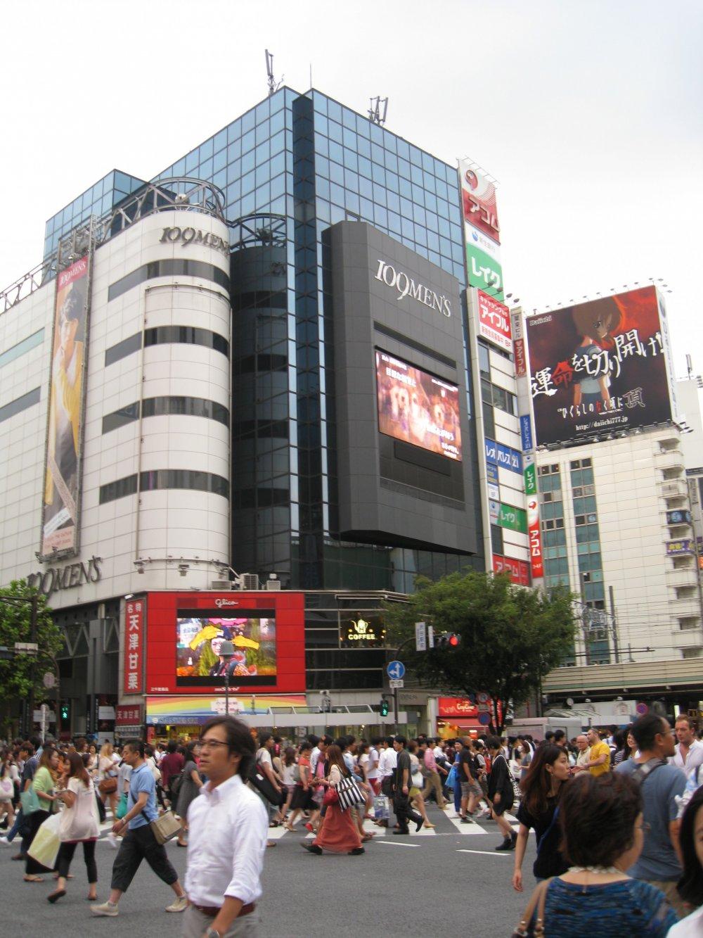 那个经常出现在电视里的涩谷街头过马路的场景。据说每次绿灯,这里都会有上千人穿过马路。你所看到的黑色大楼就是著名的涩谷109男馆~