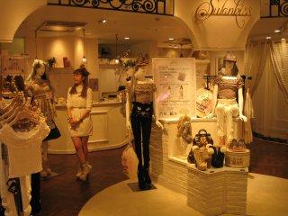 涩谷109里面景象。卖衣服的姐姐们穿得也都很卡哇伊。