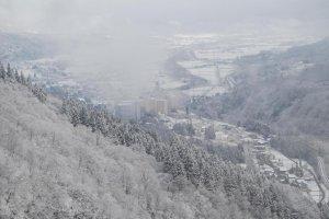 Pemandangan Yuzawa Onsen dari puncak pegunungan.