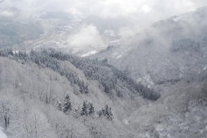 Pemandangan lain dari puncak lereng GALA Yuzawa Snow Resort