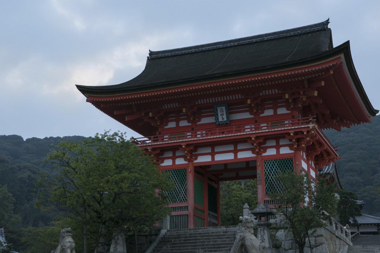 Dawn breaks over the temple\'s gate at Kiyomizu Kyoto