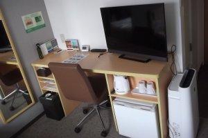 Desk, TV, kettle, fridge