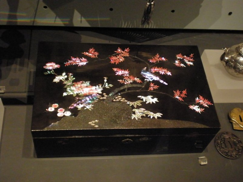 An example of a box decorated with raden