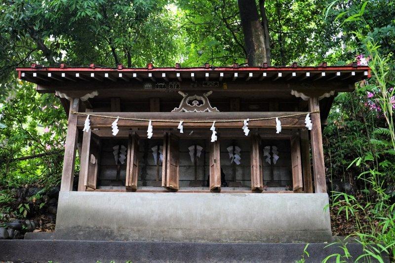 Yaho Tenmangu Shrine (brightness adjusted)