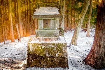 Throughout this hike you can see several religious monuments. This one is located close to Takamizu-Sanjofukuin Temple, a few meters below the peak of Mount Takamizu