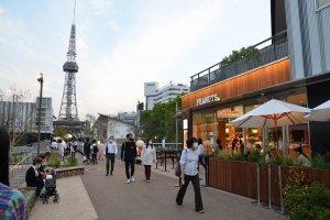 公園を歩いてみる。遠方には名古屋テレビ塔