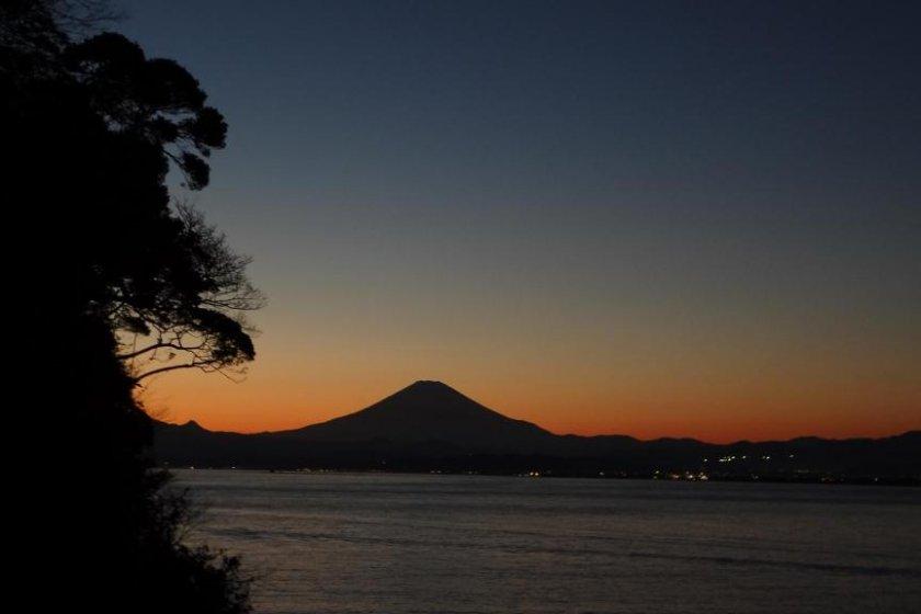 Todos os quartos estão virados para o mar e para o Mt. Fuji, que se vê ao fundo. Vale a pena a visita, mesmo que seja apenas para apreciar esta deslumbrante vista.
