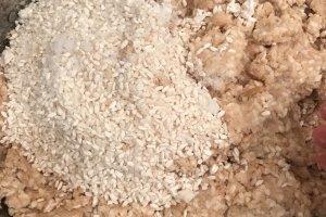 Смешиваем бобовое пюре и смесь соли и риса-кожи