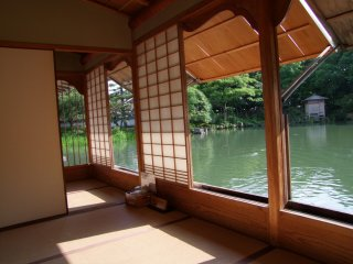 A casa tem muitas salas abertos com vista para o lago