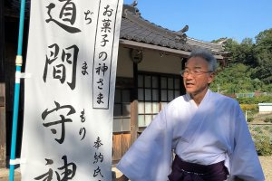 Kitsumoto Jinja priest, Mr. Kazunori Maeyama, explains about Tajimamori, the Shinto God of the Mandarin.
