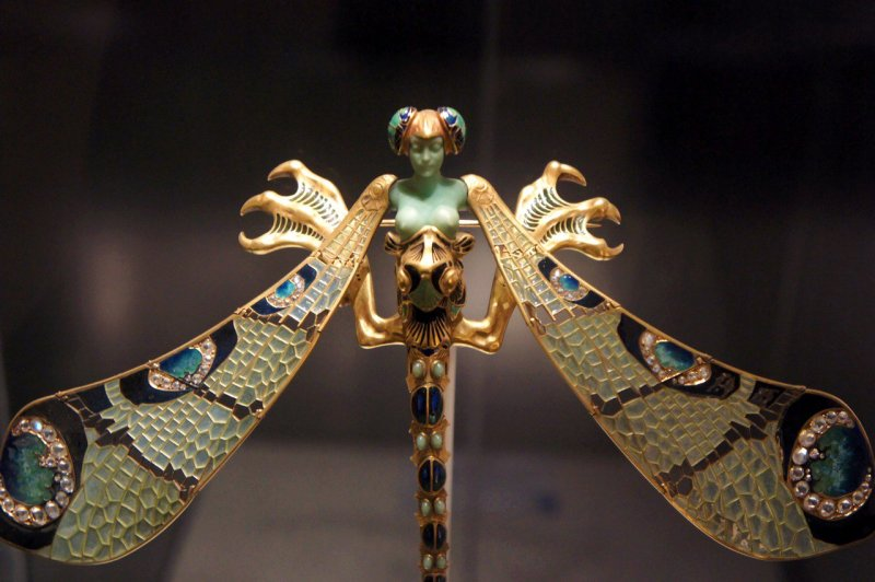 An example of a dragonfly piece by Lalique