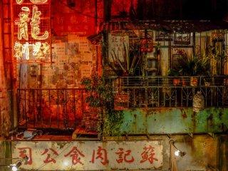 ネオンとさびついた建物が香港の街をうまく表現している