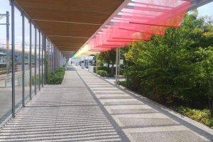 新山口駅に隣接するKDDI維新ホールへ向かう道中も、テーマカラーで涼しげに彩られています