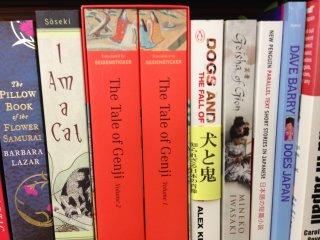 Bản dịch tiếng Anh của Tale of Genji và I am a Cat của Soseki có tại cửa hàng sách Ogaki
