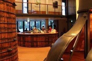 テイスティングバー。ここではサントリーの原酒のほか、世界中の名だたるウィスキーが試飲できる