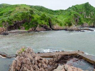 Bãi biển Kuniga là địa điểm lí tưởng cho những người có sở thích nhảy từ hòn đá này sang hòn đá khác và bơi lặn với ống thở