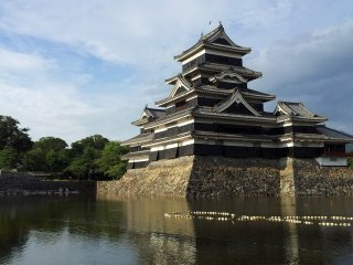 قلعة ماتسوموتو، وتسمى أيضا القلعة السوداء ...