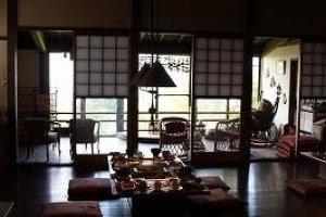 食堂。磨きぬかれてつややかな床板が伝統を感じさせる
