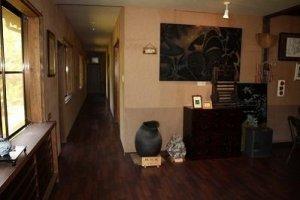 玄関ホール。左奥が宿泊室。右手が食堂