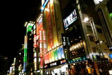 The main strip: salarymen and neon lights