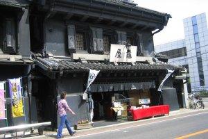 Phố Kurazukuri với những tòa nhà mái che phong cách nhà chứa chịu lửa cổ xưa