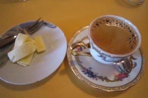 エスプレッソマシーンで入れたてのエスプレッソ。無理やりのリクエストでチーズをいただいた