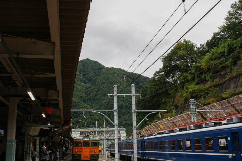 산 경치가 있는 역