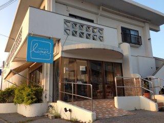 La Mer Bakery and Cafe berada di lokasi yang mengejutkan tetapi merupakan tempat yang bagus untuk menikmati kue yang lezat