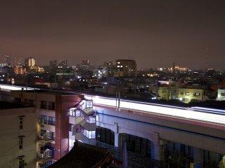 И снова на юго-запад: световой след от поезда, проходящего через Камату