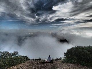 Phía trên các đám mây