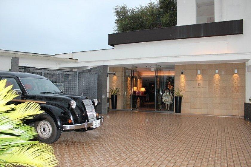 正面玄関。このロンドンタクシーは結婚式用