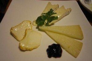 チーズの盛り合わせ。どれもとてもよく熟成管理されていて、ベストのタイミングで供されます