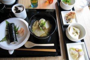 料理は小鉢で供されます。もう少し食べたいな、という絶妙な量