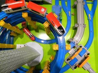 Tàu điện chạy trên đường đi vòng quanh mô hình Tokyo Skytree