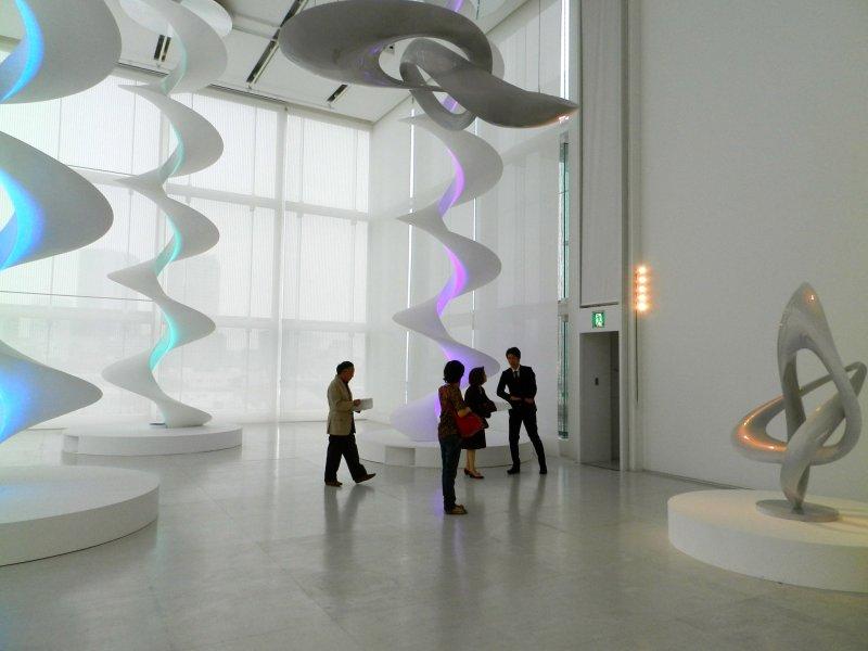 แสงไฟในประติมากรรมเหล่านี้จะเปลี่ยนไปตามการเคลื่อนไหวของผู้เข้าชม