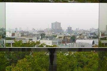 วิวที่มองจากหน้าต่างของแกลเลอรี่ไปยังเมือง