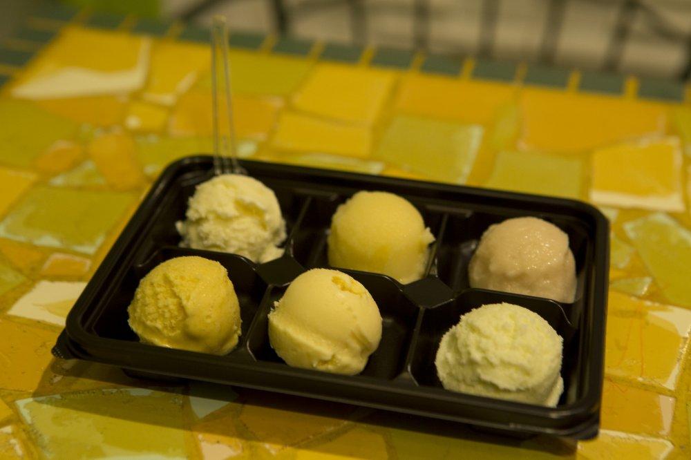 Слева направо: хоккайдский картофель, яблоко из Аомори, персиковый сорбет, индийское карри, вкус с чесноком Дракулы и васаби. Куплено в магазине мороженного в городке Намдзя в Икэбукуро